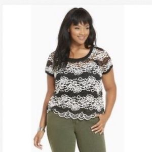 🎁Torrid Black and White Lace Rose Blouse.